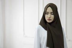 Portrait de studio d'une jeune fille avec un visage européen dans des vêtements orientaux sur un fond blanc image libre de droits