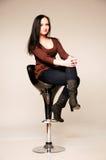 Portrait de studio d'une jolie jeune femme s'asseyant sur une chaise Photos libres de droits