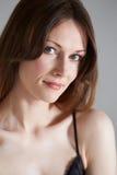 Portrait de studio de belle femme sur le fond noir Photo stock
