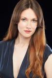 Portrait de studio de belle femme sur le fond noir Image stock