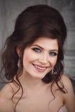 Portrait de studio de belle jeune jeune mariée dans la robe rose Photos stock