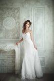 Portrait de studio de belle jeune mariée avec la coiffure et le mA parfaits Photographie stock