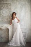 Portrait de studio de belle jeune mariée avec la coiffure et le mA parfaits Photos stock