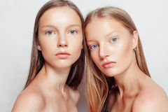 Portrait de studio de deux jeunes belles femmes Images libres de droits