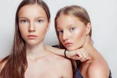 Portrait de studio de deux jeunes belles femmes Image stock