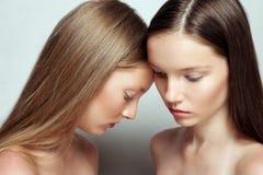 Portrait de studio de deux jeunes belles femmes Photos libres de droits