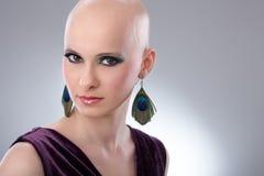 Portrait de studio de femme chauve photographie stock