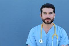 Portrait de studio de fond de docteur Leaning Against Blue photo stock