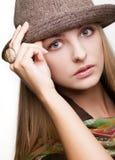 Portrait de studio de jeune femme dans le chapeau Photo stock