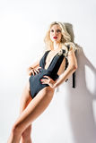 Portrait de studio de jeune femme sexy dans le maillot de bain Images stock