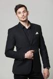 Portrait de studio de jeune homme élégant beau dans des vêtements noirs Image libre de droits