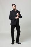 Portrait de studio de jeune homme élégant beau dans des vêtements noirs Images libres de droits