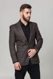 Portrait de studio de jeune homme élégant beau dans la veste brune PO Photo stock
