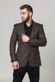 Portrait de studio de jeune homme élégant beau dans la veste brune PO Image libre de droits