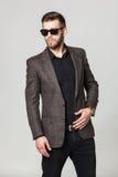Portrait de studio de jeune homme élégant beau dans la veste brune PO Photographie stock libre de droits