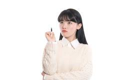 Portrait de studio de l'écriture asiatique de femme d'années '20 quelque chose avec un stylo Photo stock
