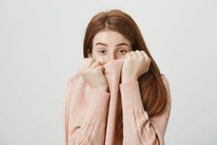 Portrait de studio de demi visage de bâche caucasienne rousse mignonne d'étudiant avec le pull, regardant hors du collier et de l Photos stock