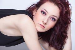 Portrait de studio de femme moderne de jeunes yeux bleus avec le teint pâle image libre de droits