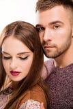 Portrait de studio de jeunes beaux couples dans l'amour photographie stock