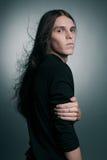 Portrait de style bohème d'un modèle masculin à la mode avec de longs cheveux Image libre de droits