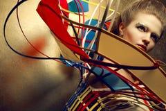 Portrait de style bohème d'une blonde à la mode avec le maquillage d'or Photos libres de droits