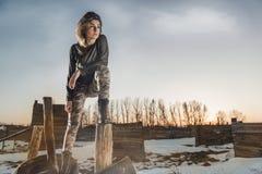 Portrait de style d'armée de dame mignonne sur le fond d'hiver Photo stock