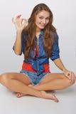 Portrait de style de denim de la fille de l'adolescence sur faire des gestes correct de plancher, o Images stock