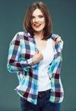 Portrait de style occasionnel de jeune femme heureuse habillé Images libres de droits