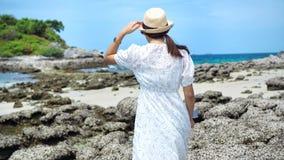 Portrait de support de jeune femme sur la roche avec la mer, le ciel bleu et le nuage chez Koh Sichang en Thaïlande photos stock