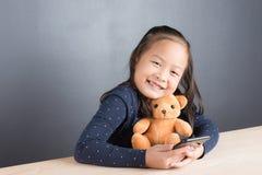Portrait de téléphone intelligent d'une utilité asiatique de petite fille Photographie stock libre de droits