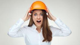 Portrait de tête émouvante de femme d'affaires d'émotion de crainte avec la construction photos libres de droits