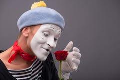 Portrait de taille- du jeune pantomime masculin tenant a Photographie stock