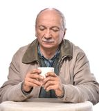 Portrait de tasse de boissons d'homme supérieur de café ou de thé photos stock