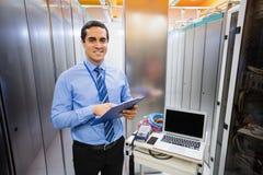 Portrait de technicien tenant le presse-papiers image libre de droits