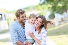 Portrait de temps spedning de famille heureuse ensemble photos libres de droits