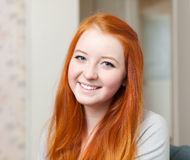Portrait de tenager roux de sourire Image stock