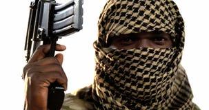 Portrait de terroriste tenant la mitrailleuse clips vidéos