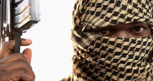 Portrait de terroriste tenant la mitrailleuse banque de vidéos
