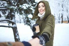 Portrait de thé potable de jeune femme dehors à la rue d'hiver Image stock