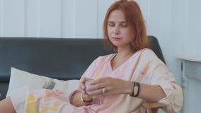 Portrait de thé potable de jeune jolie femme dans le mouvement lent clips vidéos