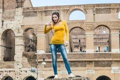Portrait de touristes de femme au monument de colosseum à Rome images stock