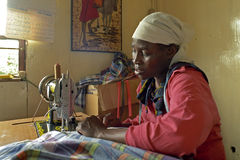 Portrait de travailler la femme kenyane dans la chambre de couture Images libres de droits