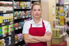Portrait de travailleur blond sérieux avec des bras croisés Photo libre de droits