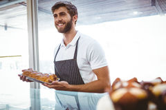 Portrait de travailleur de sourire montrant le panier du pain images libres de droits