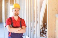 Portrait de travailleur de sourire sur le chantier Images stock