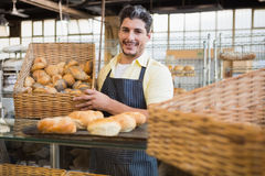 Portrait de travailleur heureux tenant le panier du pain images stock