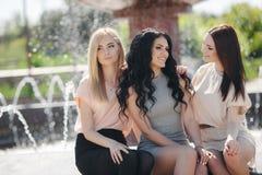 Portrait de trois amies gaies en parc d'été Photographie stock libre de droits