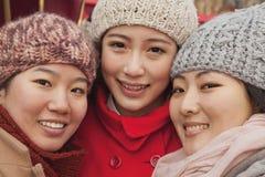 Portrait de trois amis dehors en hiver, Pékin Image libre de droits