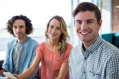 Portrait de trois amis s'asseyant dans le café photos stock