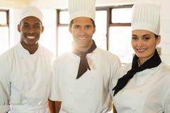 Portrait de trois chefs dans la cuisine commerciale images libres de droits